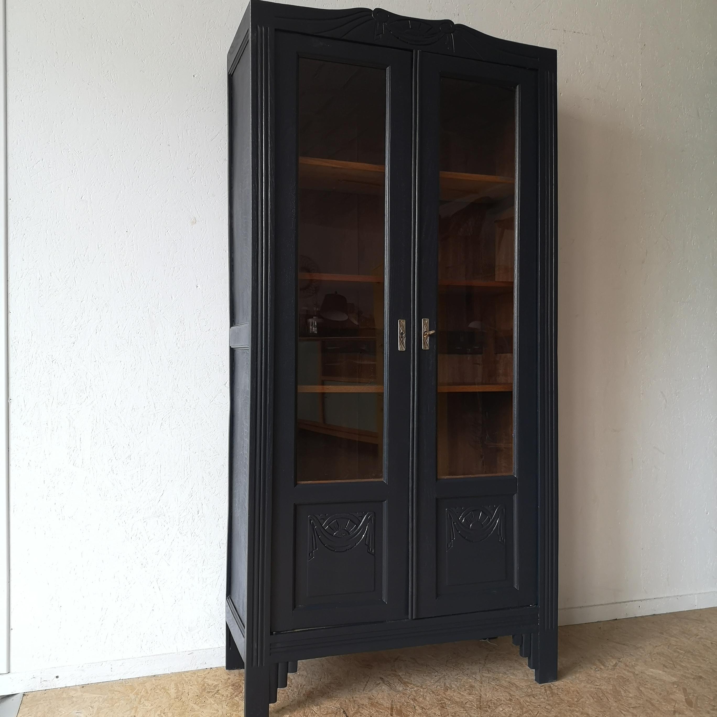 Armoire vitrine années 40 revisitée en noir carbone - Côte ...